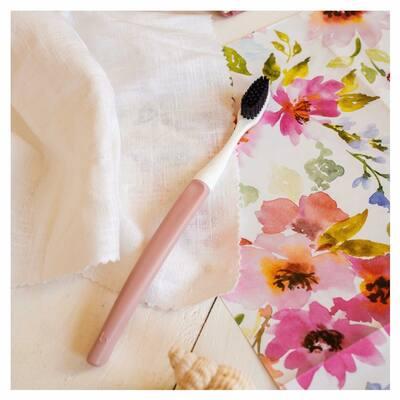 🎀 Durant ce mois d'octobre, nous reversons l'intégralité du prix de vente de notre brosse à dents Edith au manche rose à @roseupassociation afin de leur apporter notre soutien auprès des femmes atteintes d'un cancer.  👉🏼 Vous pouvez retrouver ce modèle sur notre boutique en ligne www.bioseptyl.fr